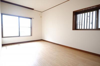 1F玄関入って左側の洋室です。