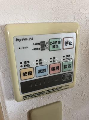浴室内で衣類を乾燥できちゃいます。雨の日や花粉を気にされる方などとても便利!