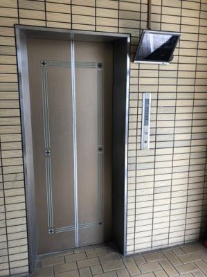 モニター付きエレベーター。