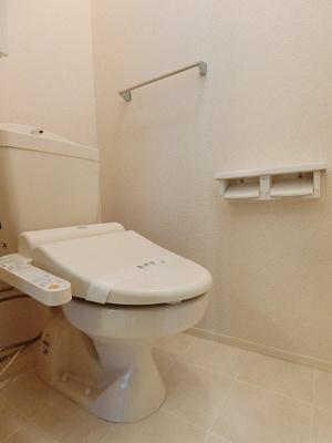 人気のシャワートイレ・バストイレ別です♪小物を置ける便利な戸棚やタオルハンガーも付いています♪