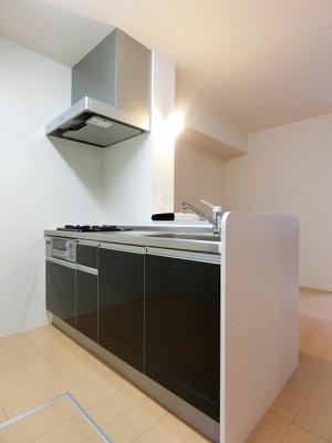 木目調のおしゃれなデザインのシステムキッチンです!場所を取るお鍋やお皿もすっきり収納できます♪床下収納も完備しています◎