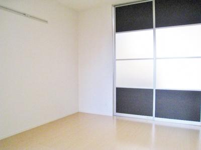 洋室6.2帖のお部屋、窓側からの眺めです♪壁にはピクチャーレールがあり、絵や写真が飾れます☆ハンガー掛けとしても便利!