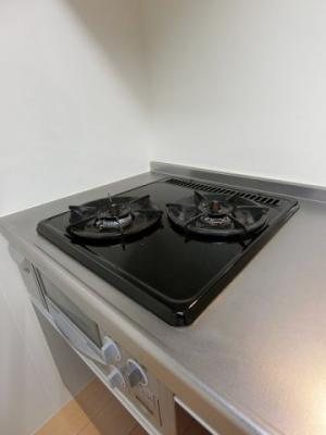 キッチンは2口ガスコンロ&グリル付き☆グリルがあるとお料理の幅が広がりますね♪自炊生活で楽しく健康に!