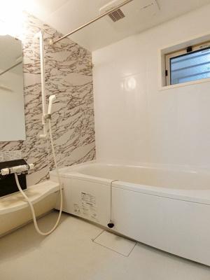 追い焚き機能・浴室暖房乾燥機付きバスルーム♪窓があるので湿気対策OK!家族の入浴時間がずれても温められるから節約になります♪
