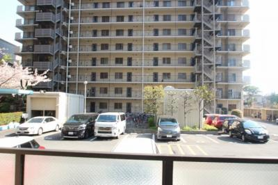 バルコニーから見た眺望です。 マンション敷地内に自走式駐車場がございます。