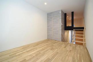ピース・スクエア住吉 8.8帖の洋室です。床は無垢材を使用しています。