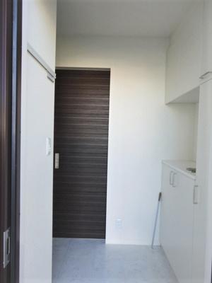 玄関から室内への景観です!広々した玄関スペースでお客様のお出迎えもスムーズにできますね☆