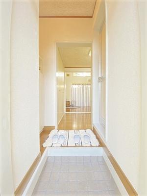 玄関から室内への景観です!キッチンの奥に洋室7帖のお部屋があります♪