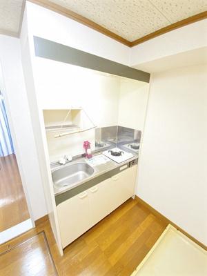 3帖キッチンスペースには、1口ガスコンロ付きのキッチンがあります♪場所を取るお鍋やお皿もすっきり収納できます♪