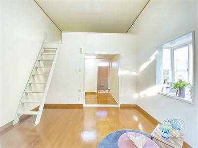 ロフトスペースのある洋室7帖のお部屋です!洋室のお部屋はお掃除もしやすいですね♪