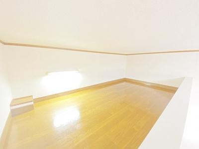 洋室7帖のお部屋にある2.5帖のロフトスペースです!ロフトスペースはベッドや収納スペースとしても使えて便利です☆