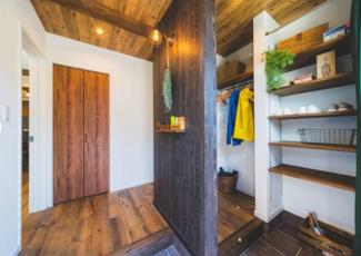 オープンで使いやすい広々玄関収納。