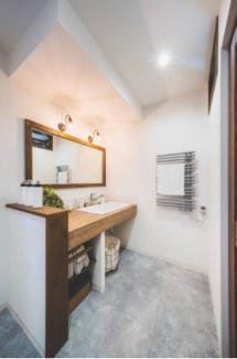 洗面室には暖房にもなるタオルウォーマー。タオルがいつもふわふわに。