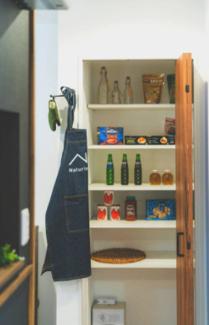 キッチン横にも収納スペースを完備