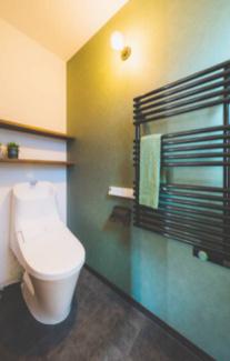 タオルウォーマーが付きで冬でもトイレが温かく。