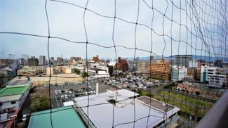 西側眺望です。諏訪中学校が見えます。