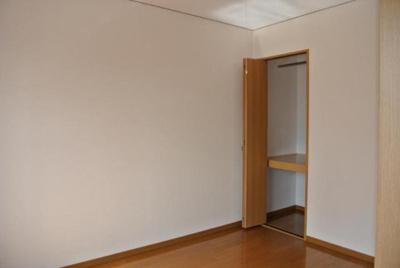 収納付きの洋室です
