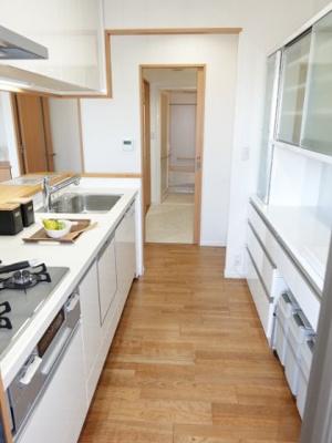 洗面所への通路もありますので、家事動線も良!!毎日の家事が少しでも楽になるように設計されています♪