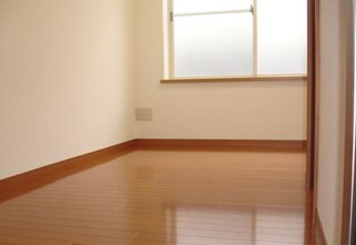 光沢フローリングの洋室です☆