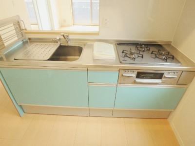 3口ガスコンロ/グリル付きシステムキッチンです☆3口コンロは複数の調理を同時にできるので時短にもGOOD☆