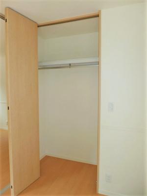 バルコニー側・洋室6.2帖のお部屋にあるクローゼットです♪お気に入りのお洋服もすっきり収納できます♪