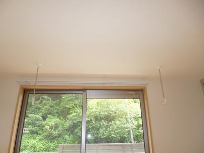 バルコニー側・洋室6.2帖のお部屋にある室内物干しです!雨の日やお出掛け時の室内干しにとても便利☆花粉や梅雨の時期に重宝しますね♪