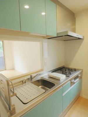 女性に人気のカウンターキッチンです!換気のできる窓付きでお料理の匂いもこもりません!場所を取るお鍋やお皿もたっぷり収納できてお料理がはかどります!