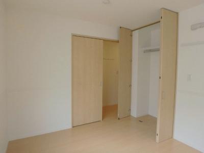 玄関側・クローゼットのある洋室6.2帖のお部屋です!お洋服の多い方もお部屋が片付いて快適に過ごせますね♪