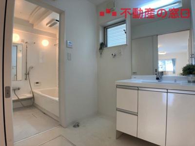 【R3年7月撮影】 白を基調とした洗面は、清潔感があります。 丁寧にお使いですのでお手入れ要らずで、そのままお使いいただけますよ。