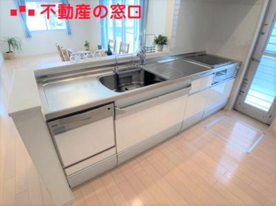 【R3年7月撮影】 ゆったりワイドなシステムキッチンは調理する時にとっても便利です。 キッチン横には勝手口があり、駐車スペースへと繋がっています。 ゴミ捨てへ行く際などにも便利です!