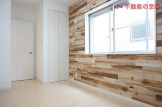 【R3年7月撮影】 2階 洋室 約5.3帖。 アクセントクロスには木目調を・・・。 cafe風で温かみのある居室です。