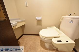 手洗い付きで新調している落ち着いた色調のトイレです。