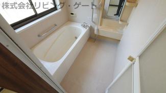 クリーニング済でとても綺麗な浴室 大きな窓付きの浴室です。