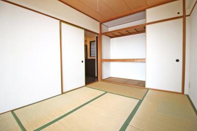 和室6帖は、廊下側からも出入りできて便利です。押入れも完備されています。