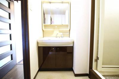 洗面脱衣所には洗濯機を置くスペースがあります。