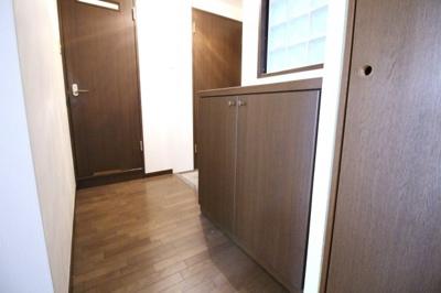 玄関には下駄箱があるので助かりますね。小さいですが廊下収納もあります。
