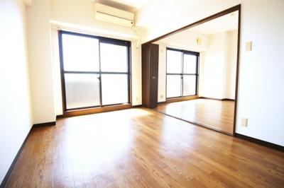 LDKと洋室の間仕切りを開放すると、約17.7帖の広々としたスペースになります。色々な使い方が楽しめますね。