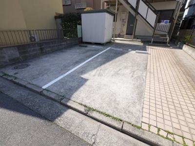 大きめ車も入る平置き駐車場です。