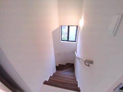 窓のある留守番手すり付き階段
