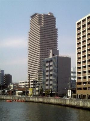 川沿いにある駅近の40階のタワーマンションです。