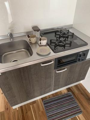 一見すると食材を置くスペースが無いようですが横に机を置くスペースがあるので大丈夫そうです。