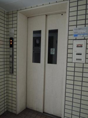 お買い物時やベビーカーの出し入れに便利なエレベーター付