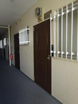 玄関ドアと共有廊下です。