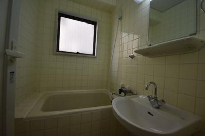 お風呂に窓もあって明るいですね。