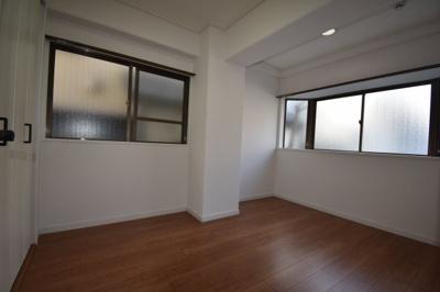 2面採光の寝室です。出窓もあって素敵な感じです。
