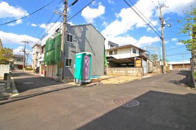 買物施設・金融機関・病院・ドラッグストアなどが近くに点在!京都教育大学附属小中学校・幼稚園が徒歩5分と子育て環境も充実している人気のエリアです。