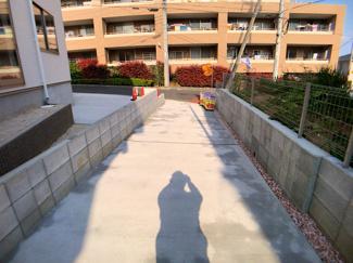 駐車スペースです。前面道路が5mありますので駐車しやすいです。
