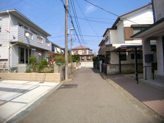 前面道路は4mの私道です。お買物は約393m徒歩5分にイオンがあり便利です。