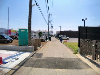 前面道路は4m公道です。真冬には嬉しい床暖房設備が設置されています。