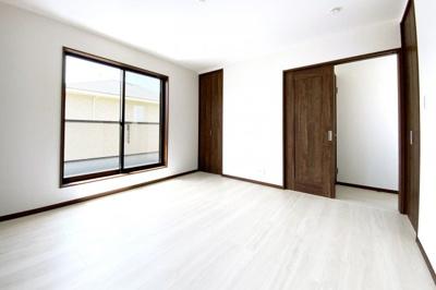 《洋室8帖》こちらは南側のお部屋です。8帖のスペースがあるお部屋で日々の暮らしが快適です。こちらのお部屋にもワイドなバルコニーがあります。